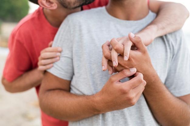 Close-up Mężczyzn Trzymających Się Za Ręce Darmowe Zdjęcia
