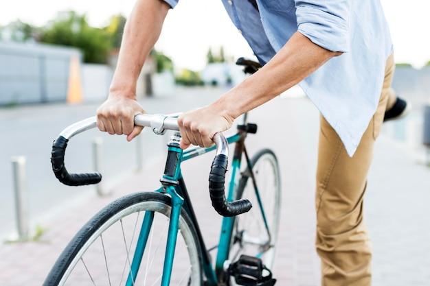 Close-up Mężczyzna Wspinaczka Jego Rower Darmowe Zdjęcia