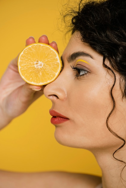 Close-up Model Pozuje Z Plasterkiem Cytryny Darmowe Zdjęcia