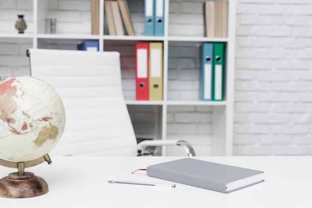 Close-up nowoczesne minimalistyczne biurko Darmowe Zdjęcia