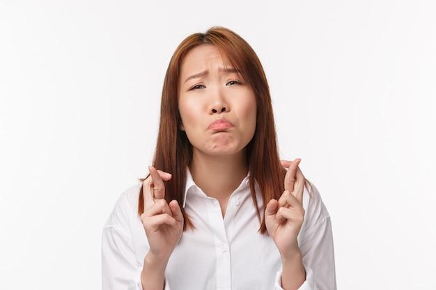 Close-up Portret Marudzenie I Szlochająca śliczna Azjatycka, Przylegająca Dziewczyna, Błagająca, Błagająca O Coś Pełnego Nadziei, Kciuki Powodzenia, Modląca Się Jako życzenie, Błagająca Premium Zdjęcia