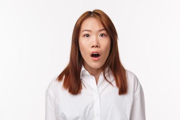 Close-up Portret Podekscytowany I Przytłoczony Młoda Azjatka Pozostała Bez Słowa Po Usłyszeniu Plotek, Aparat Gapił Się Zaskoczony, Z Trudem łapiąc Oddech, Patrząc Na Kamerę Zszokowaną, Premium Zdjęcia