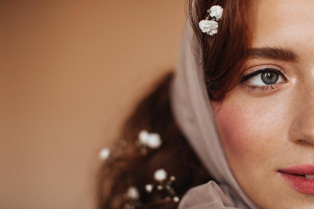 Close-up Portret Rudowłosej Kobiety W Szaliku. Pani Z Rumieńcem Na Policzkach I Piegi, Pozowanie Na Na Białym Tle. Darmowe Zdjęcia