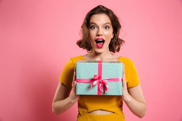 Close-up Portret Szczęśliwej Wychodzącej ładnej Brunetki Kobiety Trzymającej Pudełko, Darmowe Zdjęcia