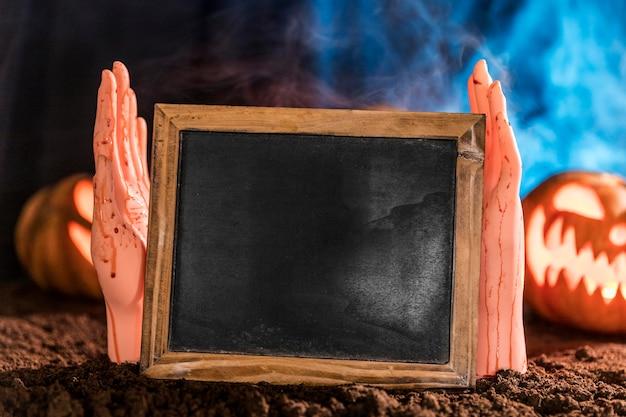 Close-up Ręce Trzymając Tablicę Premium Zdjęcia