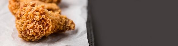 Close-up Smażone Skrzydełka Z Kurczaka Z Kopiowaniem Miejsca Darmowe Zdjęcia