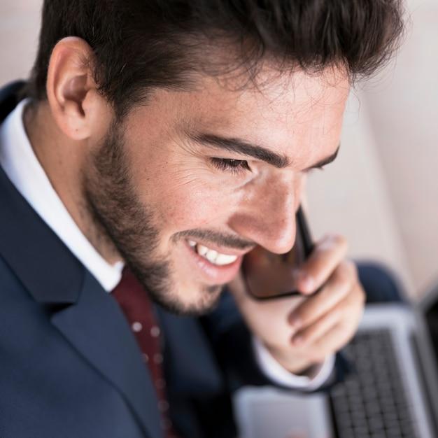 Close-up smiley prawnik rozmawia przez telefon Darmowe Zdjęcia