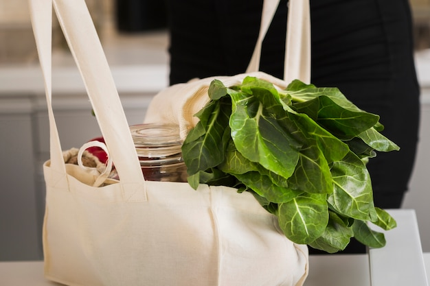 Close-up Torba Ekologiczna Ze świeżymi Warzywami Darmowe Zdjęcia