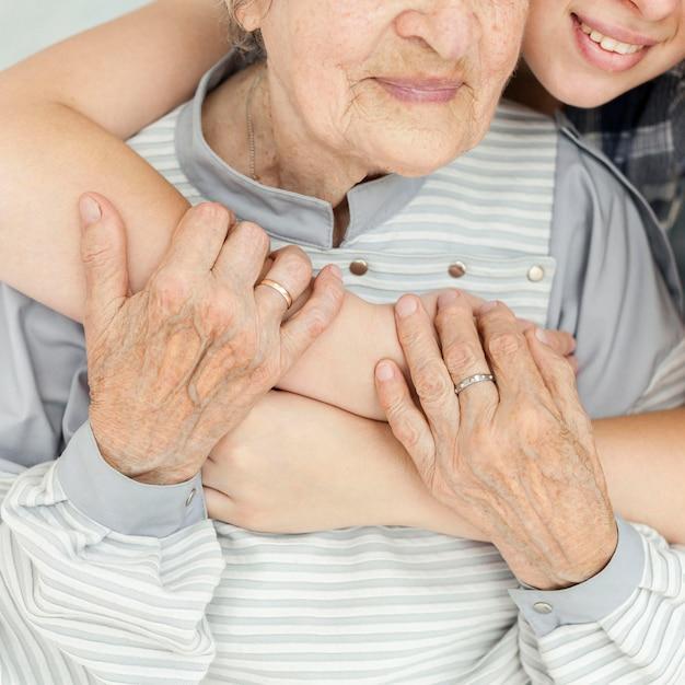 Close-up Wnuczka Tulenie Babci Premium Zdjęcia