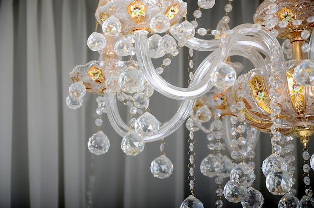 Close-up Zdjęcie Scenerii Na Starym żyrandolu. Szklane Figurki Lśnią I Odbijają światło Swoimi Twarzami Premium Zdjęcia