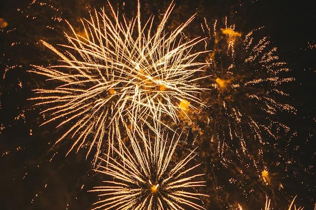 Close-up Złote świąteczne Fajerwerki Na Czarnym Tle Premium Zdjęcia