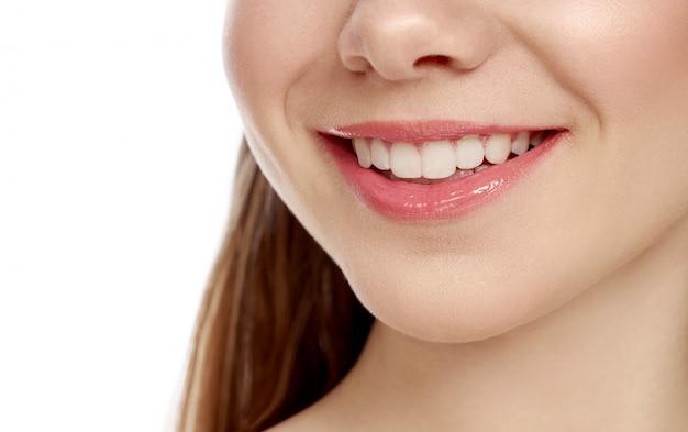 Closup śnieżny żeński Uśmiech Na Odosobnionym Białym Tle Premium Zdjęcia