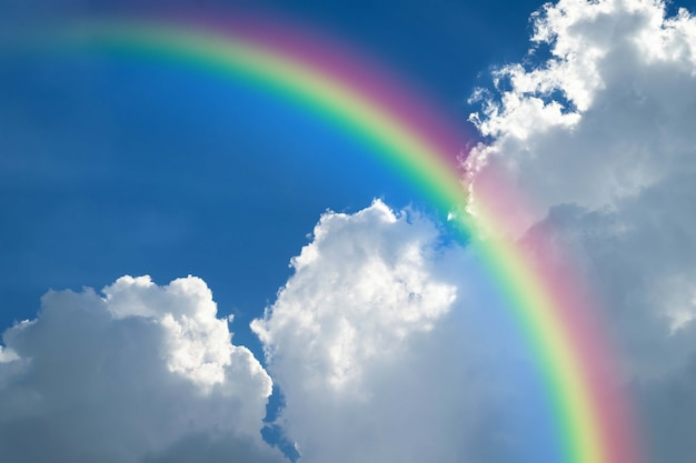 Cloudscape Tęcza Naturalny Niebo Z Niebieskim Niebem I Białymi Chmurami Premium Zdjęcia