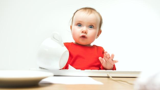 Co Zaskoczona Dziewczynka Dziewczynka Siedzi Z Klawiaturą Nowoczesnego Komputera Lub Laptopa W Białym Studio Darmowe Zdjęcia