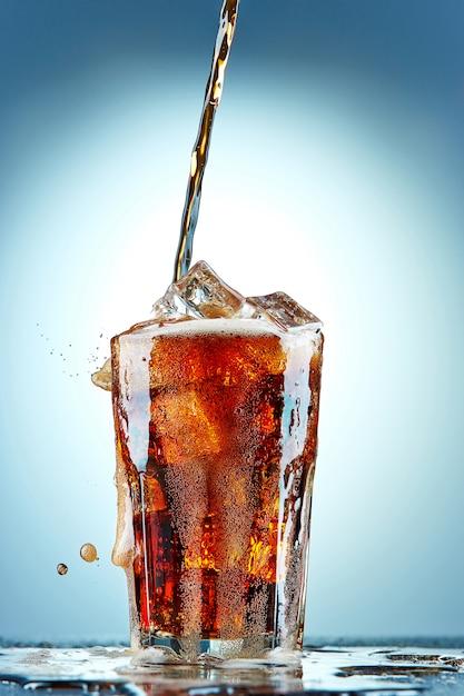Cola Wlewając Do Szklanki Darmowe Zdjęcia
