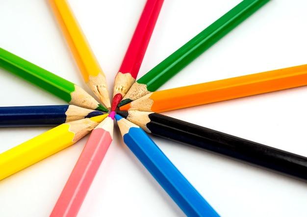 Coloful Ołówki Na Białym Stole. Materiały Biurowe Premium Zdjęcia