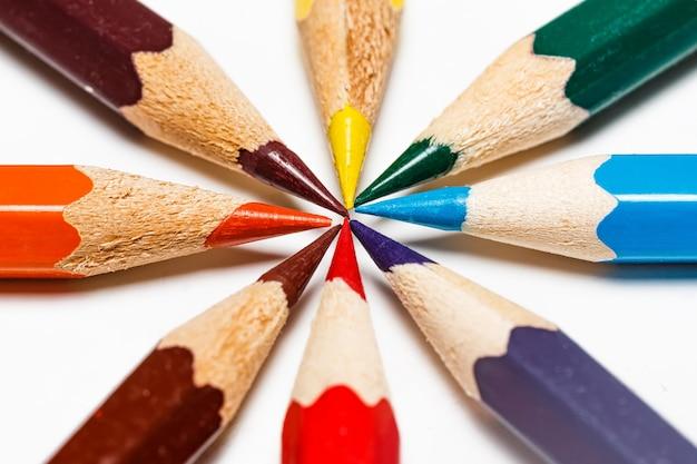 Colour ołówki na białym tle Premium Zdjęcia