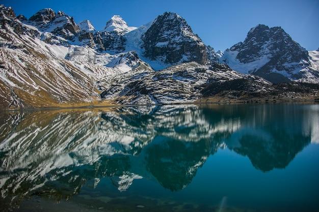 Condoriri Szczyt I Jezioro W Cordillera Real, Andy, Boliwia Premium Zdjęcia