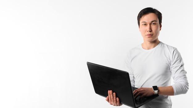 Copy-space Człowiek Z Laptopem Darmowe Zdjęcia