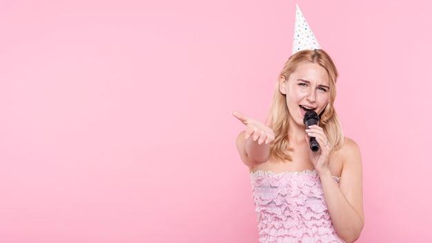 Copy-space Kobieta Na Imprezowym śpiewie Darmowe Zdjęcia