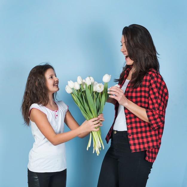 Córka Daje Tulipanom Zadziwiać Matki Darmowe Zdjęcia