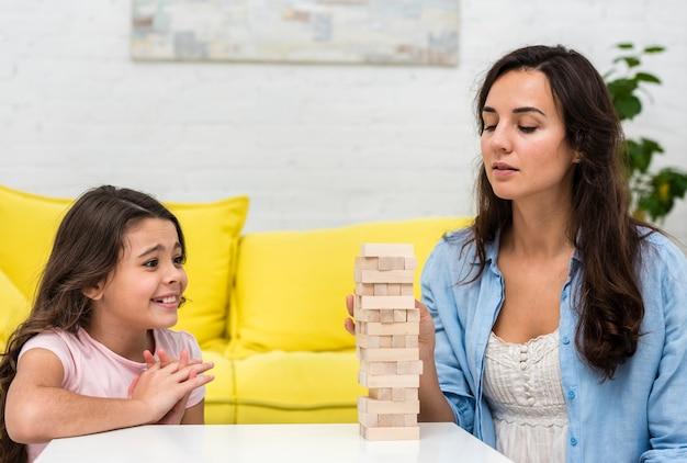 Córka I Matka Grając W Drewnianą Wieżę Darmowe Zdjęcia