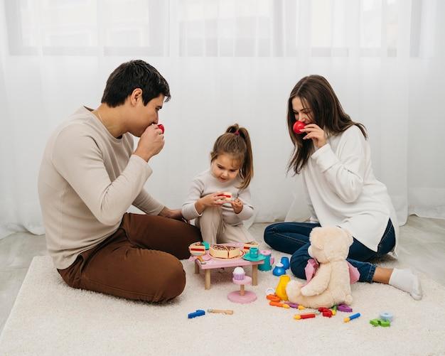 Córka I Rodzice Bawią Się Razem W Domu Darmowe Zdjęcia