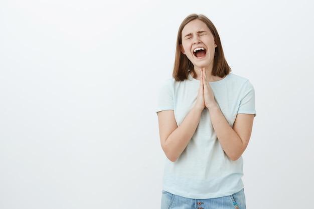 Córka Jęczy I Płacze, Więc Tata Kupuje Nowy Smartfon Trzymając Się Za Ręce, Modląc Się Blisko Ciała, Krzycząc Głośno Z Zamkniętymi Oczami, Próbując Przekonać Ojca, Aby Jej Pomógł I Wręczył Prezent Darmowe Zdjęcia