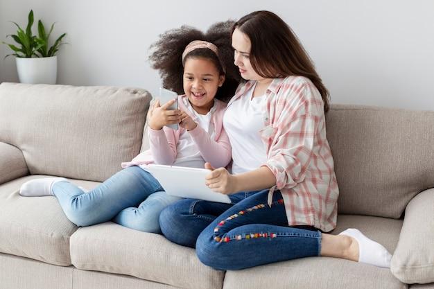 Córka Pokazuje Coś Matce Przez Telefon Darmowe Zdjęcia