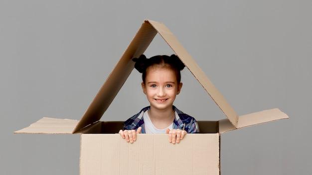 Córka Pomaga W Pakowaniu Pudeł Darmowe Zdjęcia