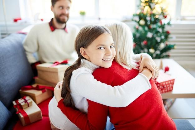 Córka Przytula Matkę W Boże Narodzenie Darmowe Zdjęcia