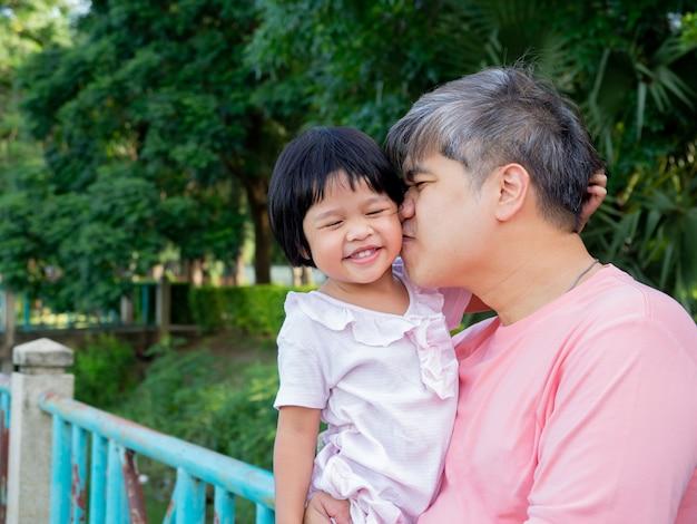 Córka W Objęciach Ojca I Całujcie Się Z Miłością. Premium Zdjęcia
