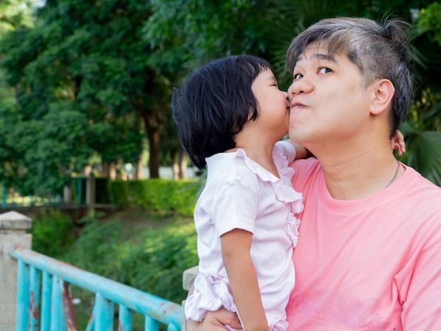 Córka W Ramionach Ojca I Całujcie Się Z Miłością. Premium Zdjęcia