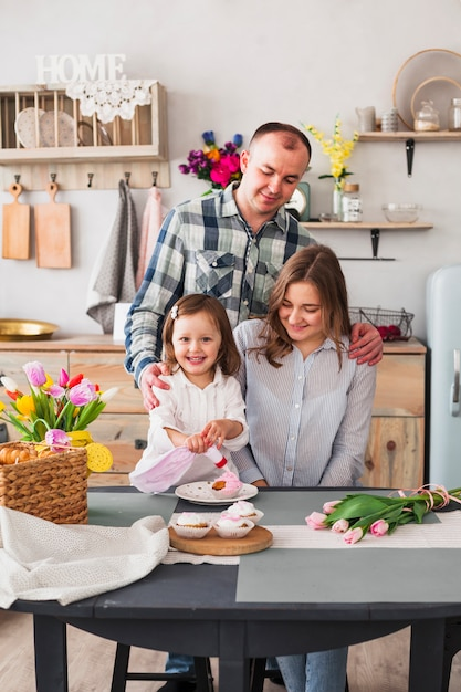 Córka Z Rodzicami Robi Babeczce W Kuchni Darmowe Zdjęcia