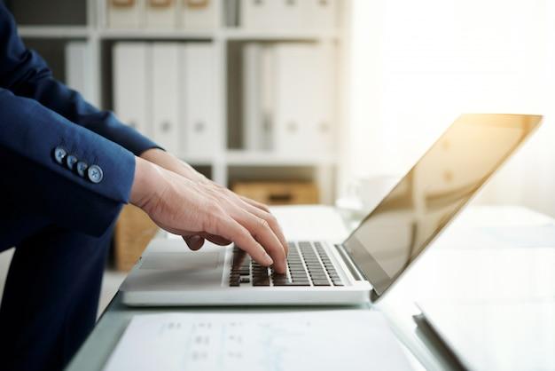 Cropped Boczny Widok Anonimowy Biznesmen Pracuje Na Laptopie Darmowe Zdjęcia