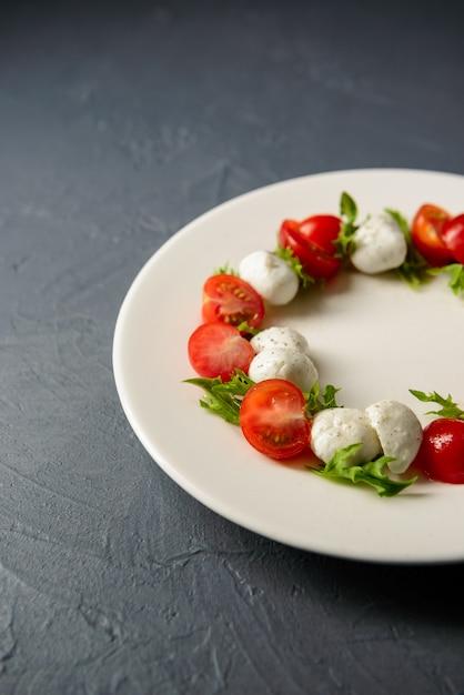 Cropped Fotografia Caprese Sałatka Słuzyć W Drogiej Restauraci, Zdrowy Jedzenie Pojęcie Darmowe Zdjęcia