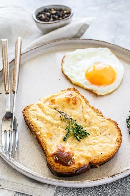 Croque Monsieur To Tradycyjny Francuski Tostowy Ser I Kanapka Z Szynką Z Sosem Beszamelowym. Widok Z Góry Premium Zdjęcia