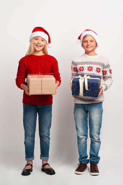 Cudowne dzieci z prezentami świątecznymi Darmowe Zdjęcia