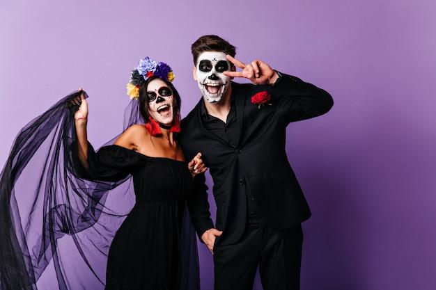 Cudowne Meksykańskie Zombie Wyrażające Szczęście. Urocza Dziewczyna Muerte świętująca Halloween Z Chłopakiem. Darmowe Zdjęcia