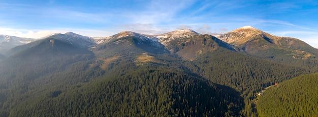 Cudowny świt W Górach, Promienie Słońca Oświetlają Szczyty Gór Przez Mgłę. Premium Zdjęcia