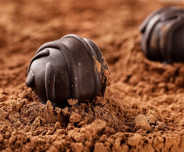 Cukierki Czekoladowe Bez Cukru Leżą Na Kakao. Premium Zdjęcia