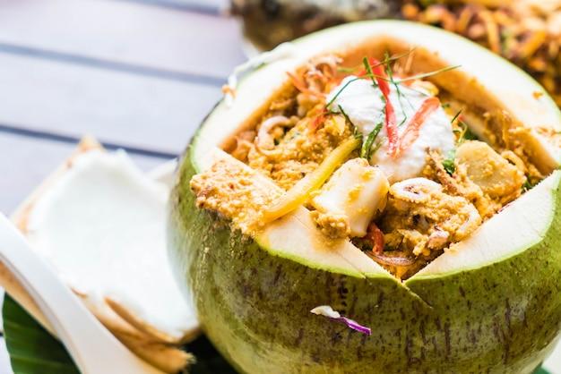 Curry Streamed Seafood W Pucharze Kokosowym Premium Zdjęcia