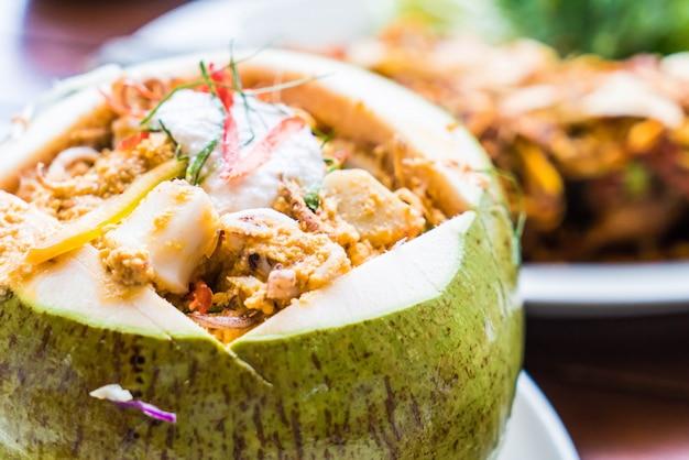 Curry Streaming Seafood W Coconut Cup Premium Zdjęcia