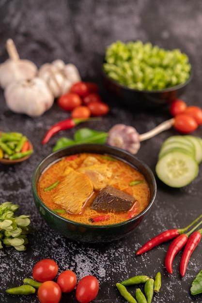 Curry Z Kurczaka W Czarnej Filiżance. Darmowe Zdjęcia