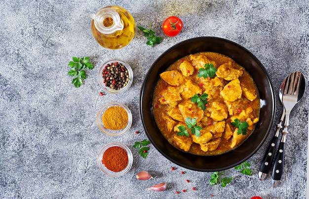 Curry Z Kurczakiem I Cebulą. Indyjskie Jedzenie. Kuchnia Azjatycka. Widok Z Góry Darmowe Zdjęcia