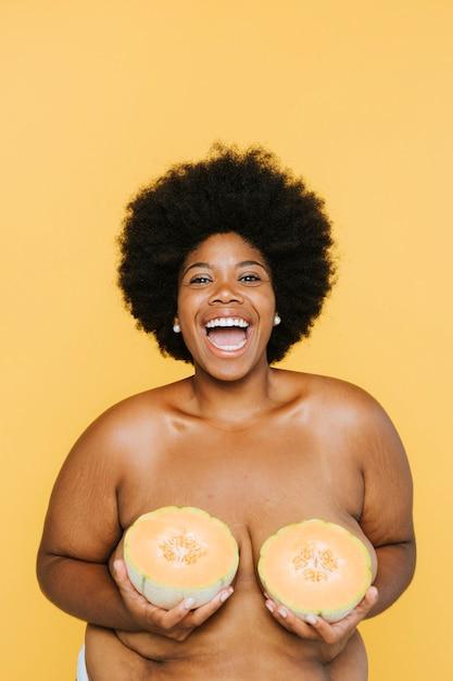 Curvy african american kobieta z melonów Premium Zdjęcia