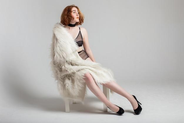 Curvy Rozmiar Plus Czerwona Włosy Modela Kobieta W Bieliźnie I Kurtce Przy Pracownianym Białym Tłem Premium Zdjęcia