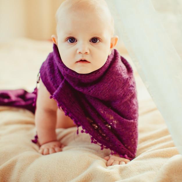 Cute Baby Odtwarzanie Na Dużym łóżku Darmowe Zdjęcia