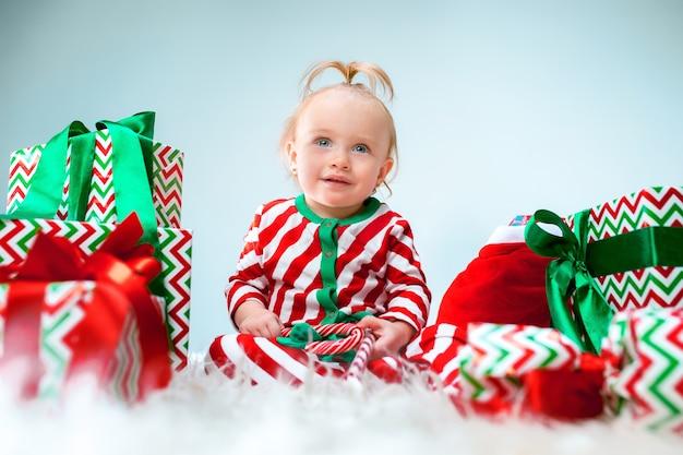 Cute Dziewczynka 1 Rok W Pobliżu Santa Hat Pozuje Na Boże Narodzenie Darmowe Zdjęcia