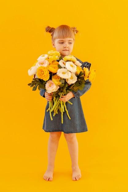 Cute Little Girl Gospodarstwa Kwiaty Darmowe Zdjęcia